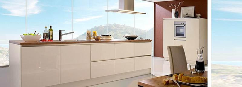 Küche in edler Glanzoptik, weiß, Naturstein